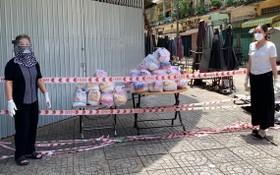 坊領導把救濟品送到馮興街市封鎖區。