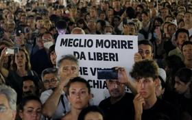 意大利北部皮埃蒙特大區首府都靈就有超過2000人前往地標城堡廣場,抗議綠色通行證的實施和間接強迫民眾接種疫苗的做法。(圖源:互聯網)