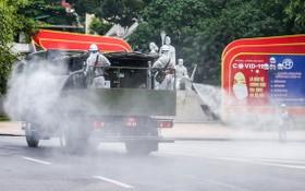 7月26日,國防部出動化學兵部隊前往河內市各高危區進行噴灑消毒。(圖源:吳絨)