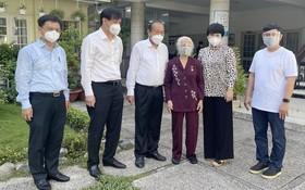 政府常務副總理張和平(左三)親切問候越南英雄母親武氏歲。