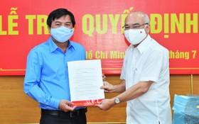 市委宣教處主任潘阮如奎(右)向曾友鋒同志頒授委任《決定》。
