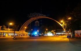 夜間靜悄悄的芹苴市中心。(圖源:阮權)