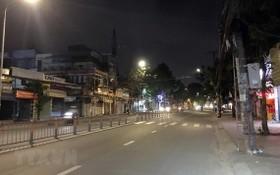 自昨(26)日起,每天晚上6時至翌日6時全市實施宵禁,街道寂靜無人影。(圖源:越通社)