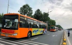 河內市特地安排專用車將來自疫區的乘客抵達內牌機場後送往集中隔離區。(圖源:越通社)