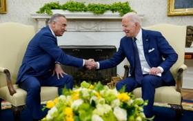 美國總統拜登(右)26日在白宮與伊拉克總理卡迪米舉行會晤。(圖源:視頻截圖)
