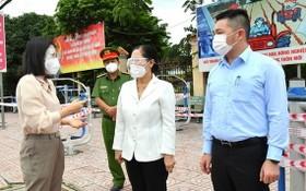 市人民議會主席阮氏麗(中)親往視察古芝縣開展防控疫情工作。(圖源:越勇)