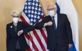 美國常務副國務卿舍曼(左)與俄羅斯外交部副部長里亞布科夫會面時互相碰肘致意。(圖源:AP)