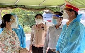 市人民議會主席阮氏麗(左一)慰問抗疫工作人員。(圖源:隆胡)