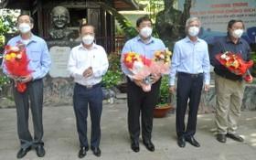 市人委會副主席武文歡(右二)、市委民運處主任阮友協(左二)向各位古傳醫學醫師送花致謝。(圖源: 高昇)