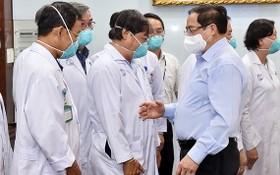 圖為5月13日,范明政總理親往看望慰問大水鑊醫院醫護隊伍。(圖源:VGP)
