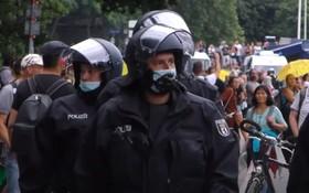 柏林警方在抗議現場執法。(圖源:視頻截圖)