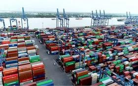 集裝箱堆積在桔萊港碼頭上,運力吃緊情況尚未緩解。(圖源:山絨)