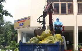 環衛工人在1號野戰醫院收集涉疫垃圾。(圖源:黎潘)