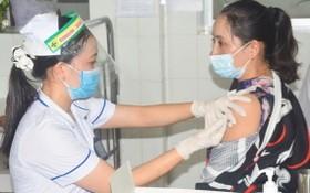 同塔省醫務人員在為民眾接種疫苗。(圖源:VOV)
