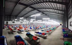 圖為隆安省的一家企業騰出廠房搭建規模達1500張病床的野戰醫院。(圖源:草原)