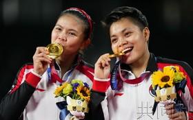 羽毛球女雙決賽冠軍波莉和拉哈尤。(圖源:共同社)