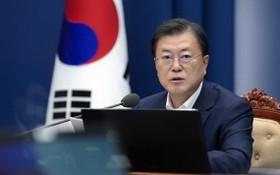"""8月5日下午,韓國總統文在寅在青瓦台主持召開""""K-全球疫苗樞紐建設願景與戰略""""會議。(圖源:韓聯社)"""