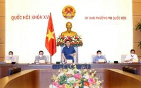 國會主席王廷惠(中)在會議上發言。(圖源:戰勝)