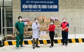 市紅十字會副主席鄧氏明孝向安平醫院轉贈物資。