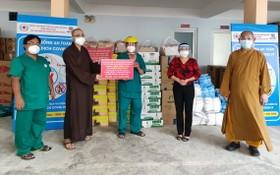 釋通振法師(左二)向第八郡醫院代表轉贈物資。