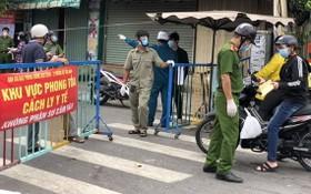 守德市協平政坊的檢查站限制民眾往來。