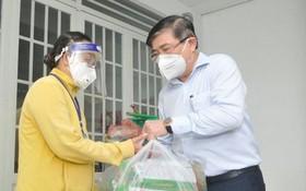 市人委會主席阮成鋒向民眾贈送禮物。