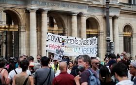 法國23.7萬人參加遊行活動,反對健康通行證,其中巴黎有1萬7000人參與。(圖源:互聯網)