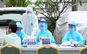 醫護人員為民眾接種。