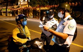 職能力量截停一名騎摩托車的女性進行盤查證件。(圖源:凱旋)