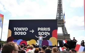 巴黎奧組委與巴黎市政府舉行盛大活動,巴黎從東京接過奧林匹克會旗。(圖源:互聯網)