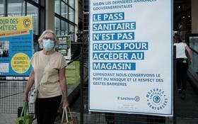 """2021年8月9日,法國巴黎,法國正式開始擴大使用""""健康通行證"""",以應對當前的第四波新冠疫情。(圖源:互聯網)"""