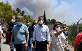 希臘總理米塔佐斯基先前視察野火災區。(圖源:AP)
