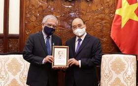 國家主席阮春福向聯合國常駐越南協調員卡瑪勒‧馬特拉贈送紀念品。(圖源:VGP)