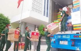 承天-順化省武裝力量幹部、戰士正在搬運貨物。
