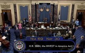 2021年8月10日,美國副總統哈里斯主持參議院會議,參議員們以69票支持,30票反對,通過了1萬億美元的基礎設施法案。 (圖源:路透社)
