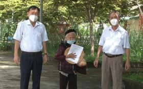 96 歲老婆婆(中)出院時同平福省漢管縣醫療中心領導合照。(圖源:德智)