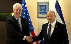 以色列總理貝內特(右)與美國中央情報局局長威廉‧伯恩斯。(圖源:ALJAZEERA )