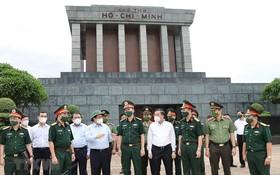 范明政總理與胡志明主席陵管委會幹部交談。(圖源:越通社)