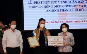 市領導向華人企業萬盛發集團代表頒贈感謝狀。