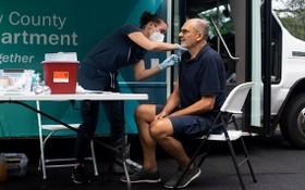 美FDA預計授權讓免疫力低民眾接種第三劑疫苗。(圖源:路透社)