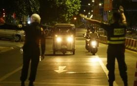 柬埔寨首都金邊交警揚手截停車輛進行檢查。(圖源:Khmer Daily)