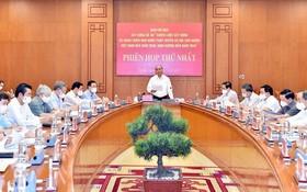 """國家主席阮春福主持""""至2030年,願景至2045年建設與完善越南社會主義法治國家的戰略""""提案制定指委會第一次會議。"""
