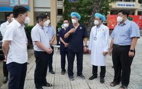 市人委會主席阮成鋒檢查野戰醫院活動情況。