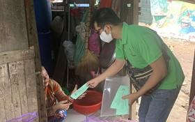 梅隆定律師向本市受新冠肺炎疫情影響窮人發放領取禮物卷。