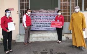 釋慧功法師將20噸大米轉贈給守德市紅十字會。