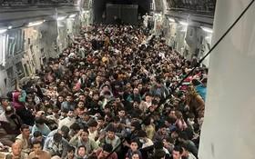 640名阿富汗人擠在美軍運輸機裏逃離喀布爾。(圖源:互聯網)
