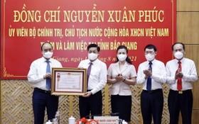 國家主席阮春福向北江省頒授三等勞動勳章。(圖源:越通社)