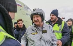 庫伊莫夫(中)是俄羅斯聯合飛機製造集團伊柳辛設計局首席飛行員。(圖源:)