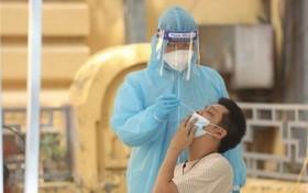 一名市民接受採樣檢測。(圖源:越通社)
