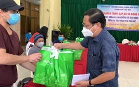 守德市越南祖國陣線委員會主席陳友福向外籍人贈送禮物。